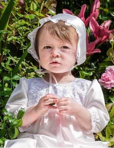 Festklänning i vitt för dopet