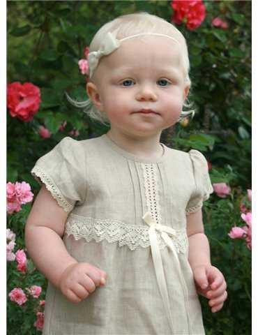söt flicka i dopkläder