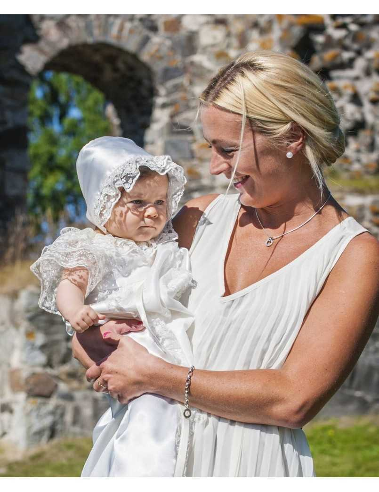 mamma med baby i Dopklänning